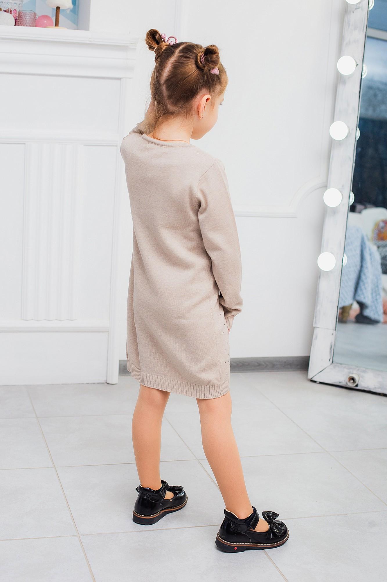 Класична в'язана сукня з прикрасами